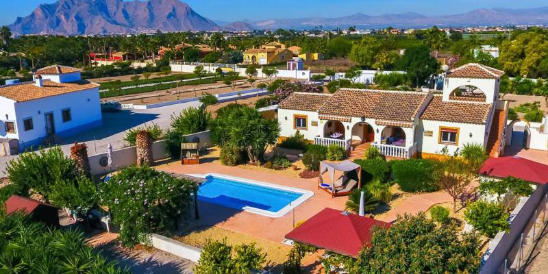 Spanish Life Properties updates its catalogue offering this stunning country house for sale in Almoradi